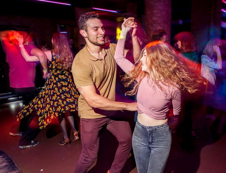 Танцы - это то, чем стоит закончить свои яркие выходные!
