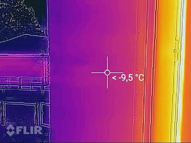 Проверка утепления откоса одного из окон в школе, которых в ней несколько десятков. Да, такое проверяют тоже. И, да, эти мелочи тоже важны.