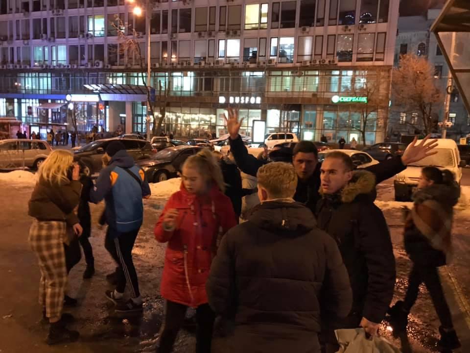Толпа подростков около 15 человек, погнались за проходящим рядом мужчиной