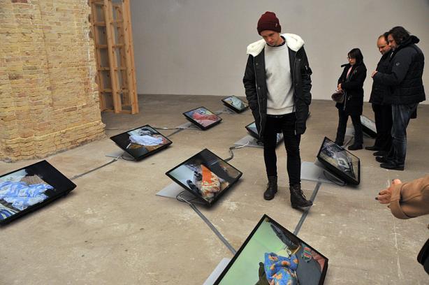 На выставке можно посмотреть инсталляции, живопись, мультимедиа, видео и фото