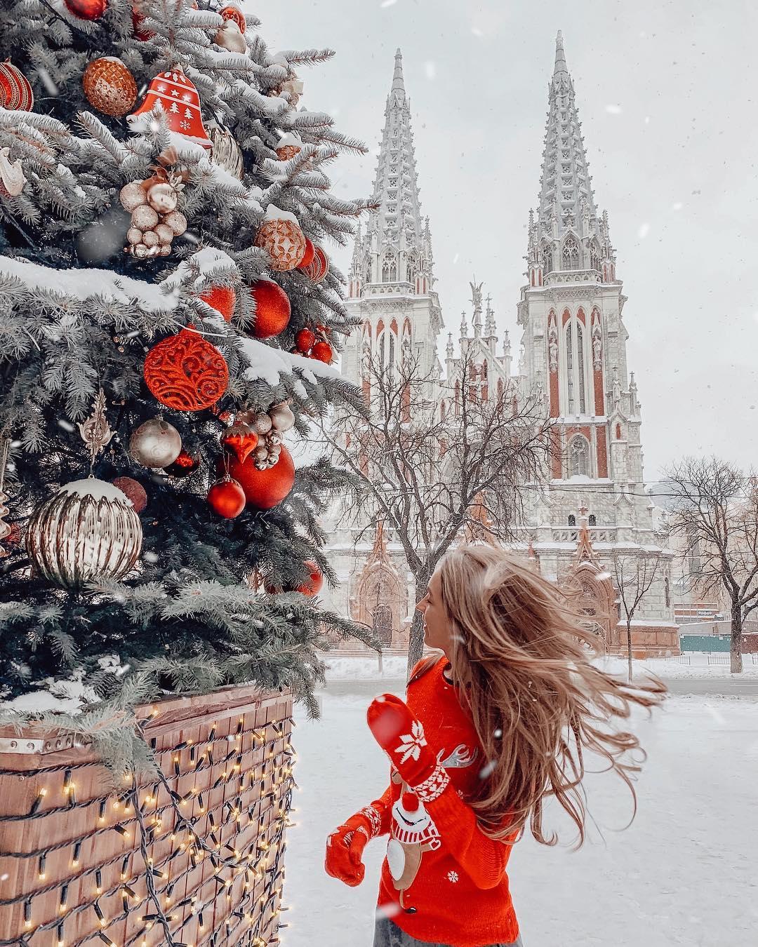 Пока впереди нас ждут еще полтора месяца зимы, не упустите возможность сфотографироваться возле костела - весь в снегу он и правда похож на сказочный замок - @lyubimaya_uliya