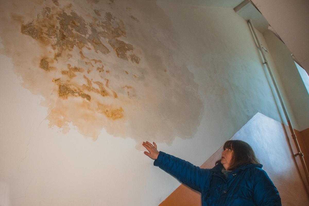 Также в доме стало прорывать трубы. На стенах появились такие потеки