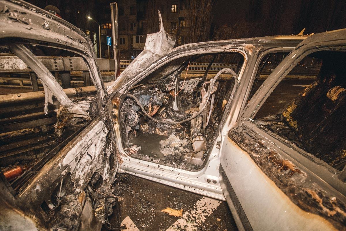 Автомобиль быстро загорелся и сгорел полностью