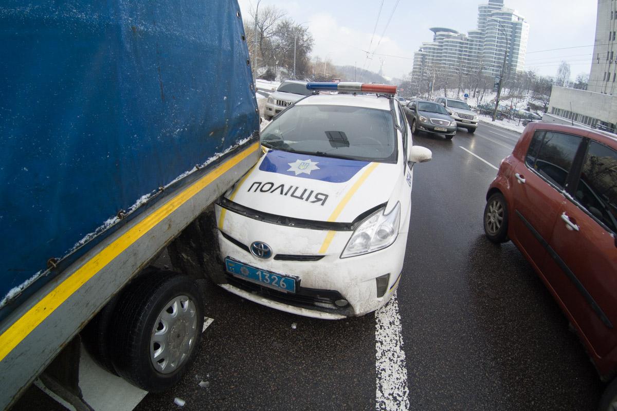 """Правоохранители не сразу заметили припаркованную """"Газель"""", не успели вовремя остановится и врезались в нее"""