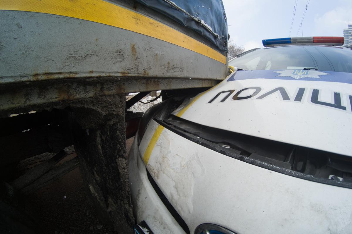В результате аварии полицейский Prius получил серьезные повреждения капота