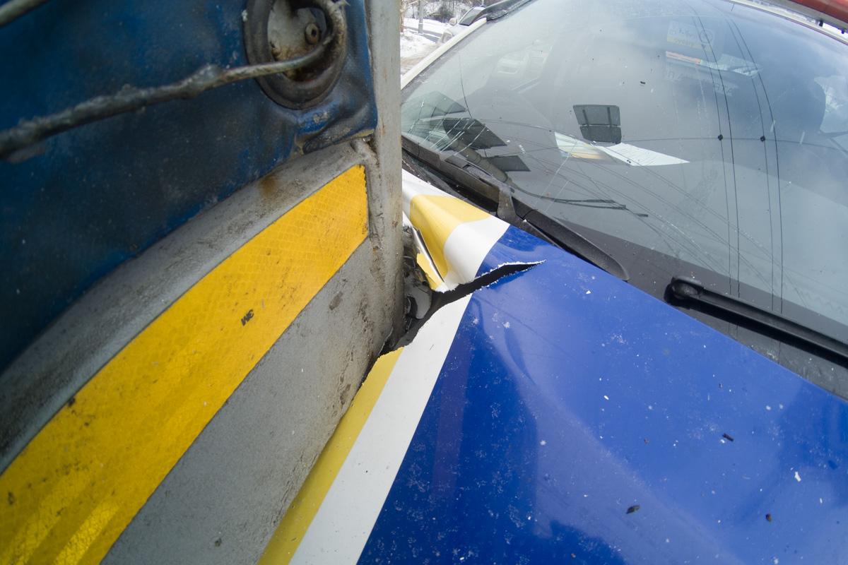 Также у машины месте столкновения треснуло лобовое стекло