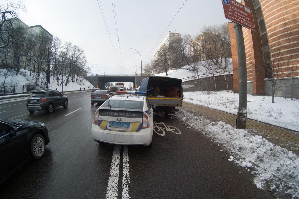 """У машины """"Киевавтодора"""" помят номерной знак"""
