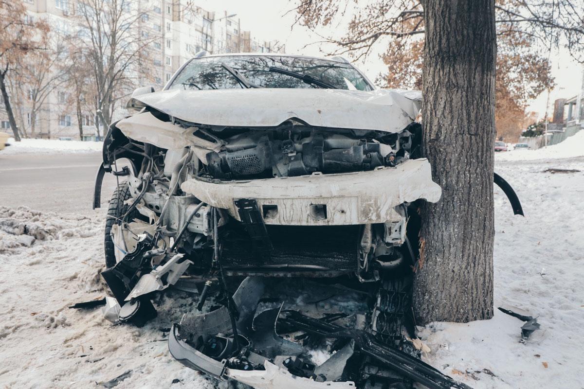 Из-заразворачивающегося Hyundai водитель Citroen влетел в дерево