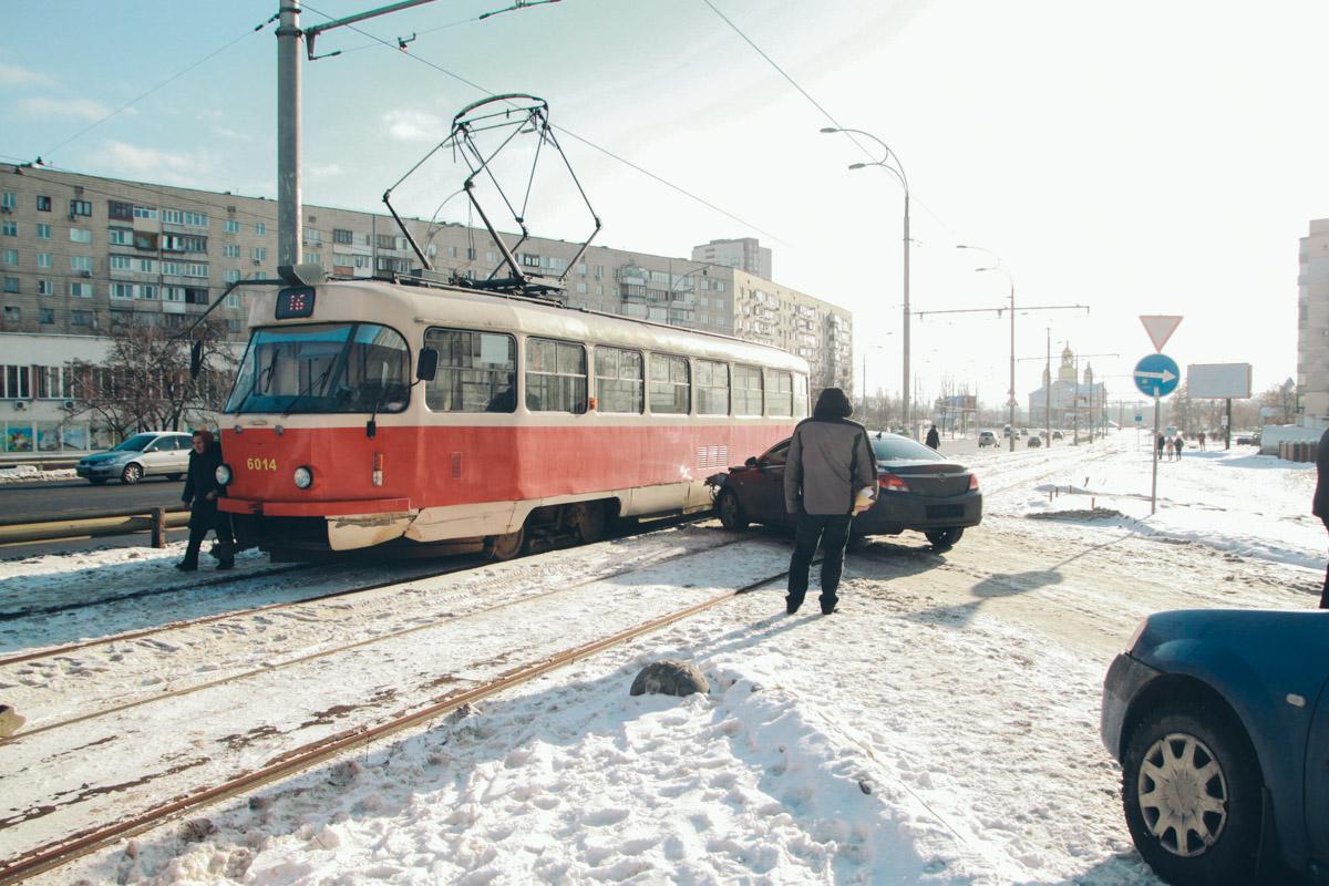 15 января в Киеве по адресу улица Маршала Малиновского, 6б Opel Insignia врезался в трамвай №16
