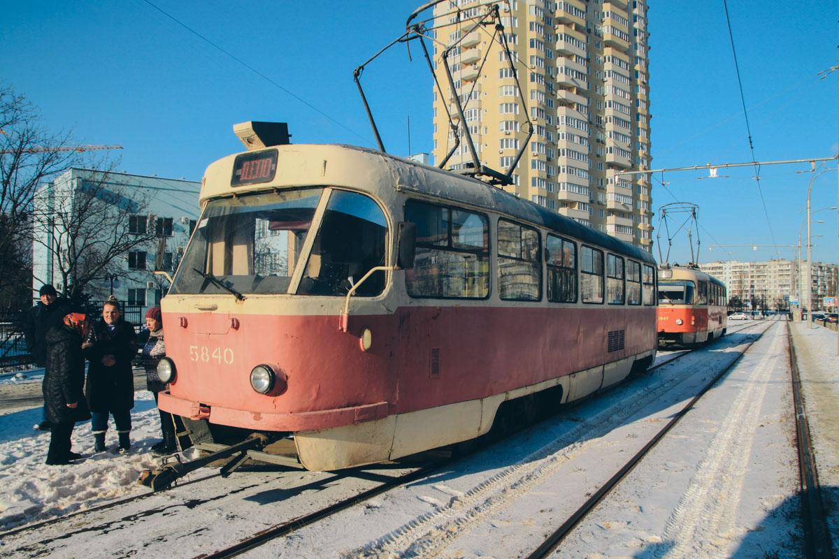 К счастью, никто не пострадал - ни участники аварии, ни пассажиры трамвая