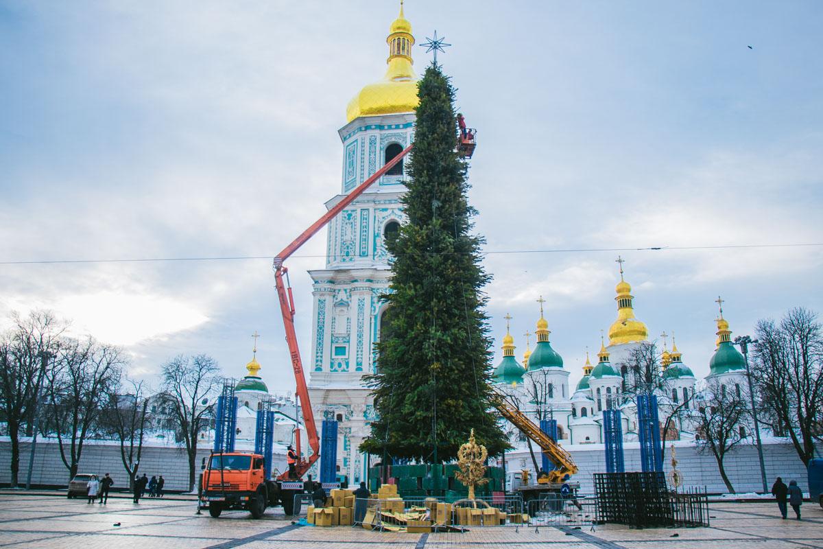 14 января в Киеве на Софийской площади начали демонтировать главную елку страны и рождественский городок