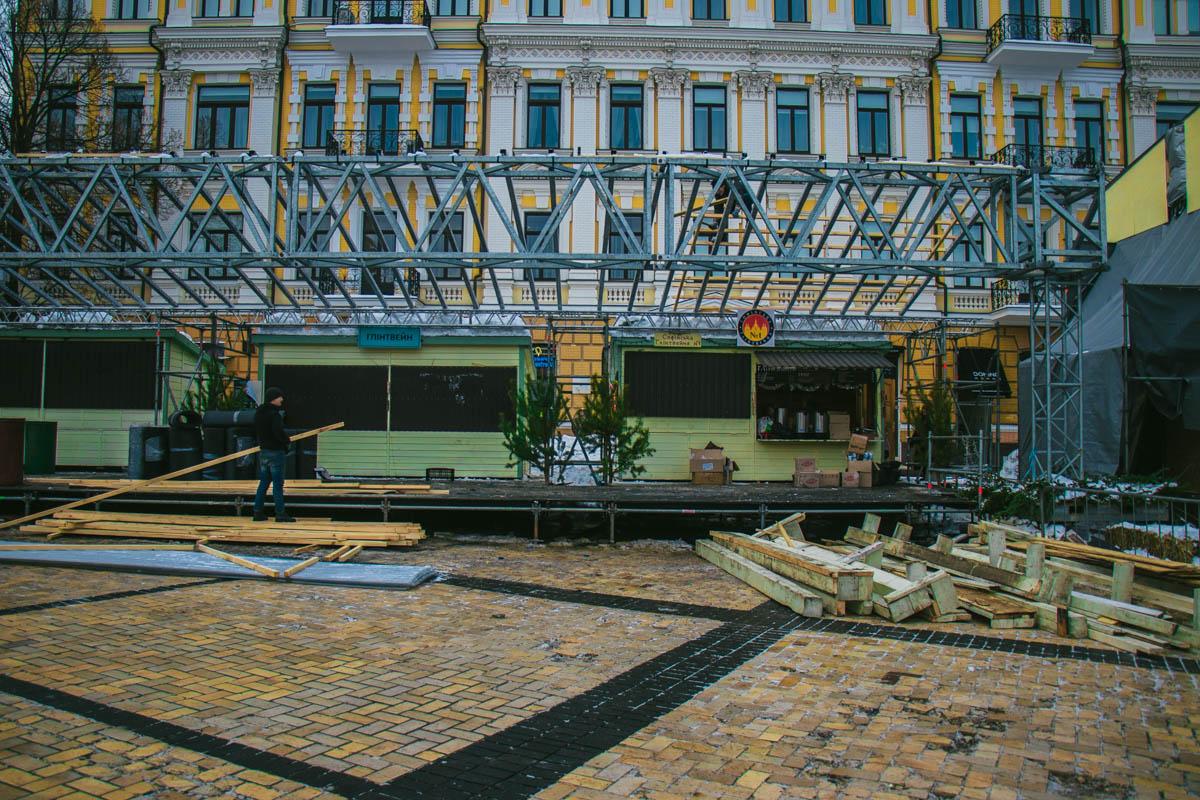 С елки уже сняли игрушки, а на площади убрали большую часть торговых палаток