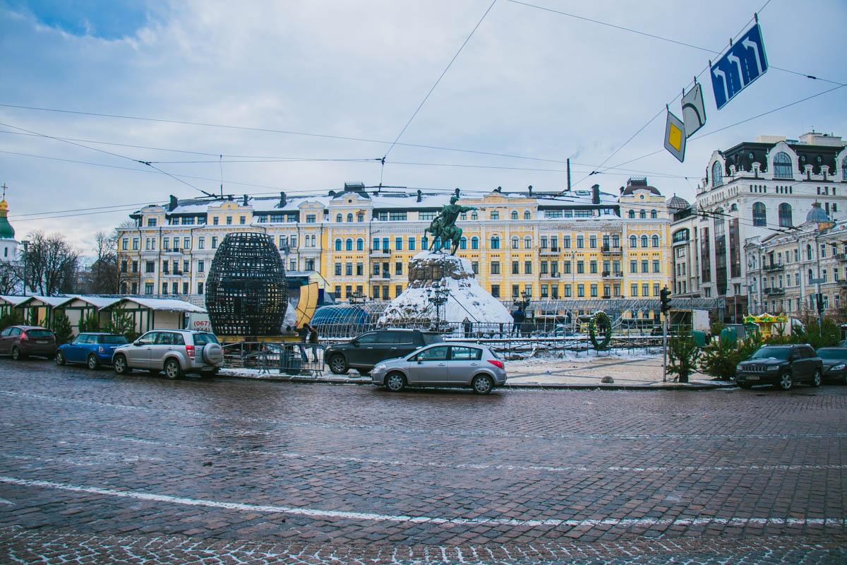 Совсем скоро на Софийской площади не останется и следа от новогоднего настроения...