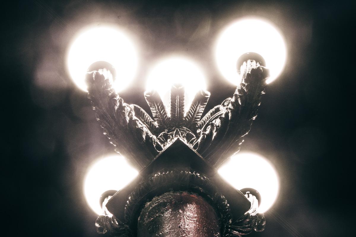 А свет фонарей такой холодный, что даже взгляд от него леденеет