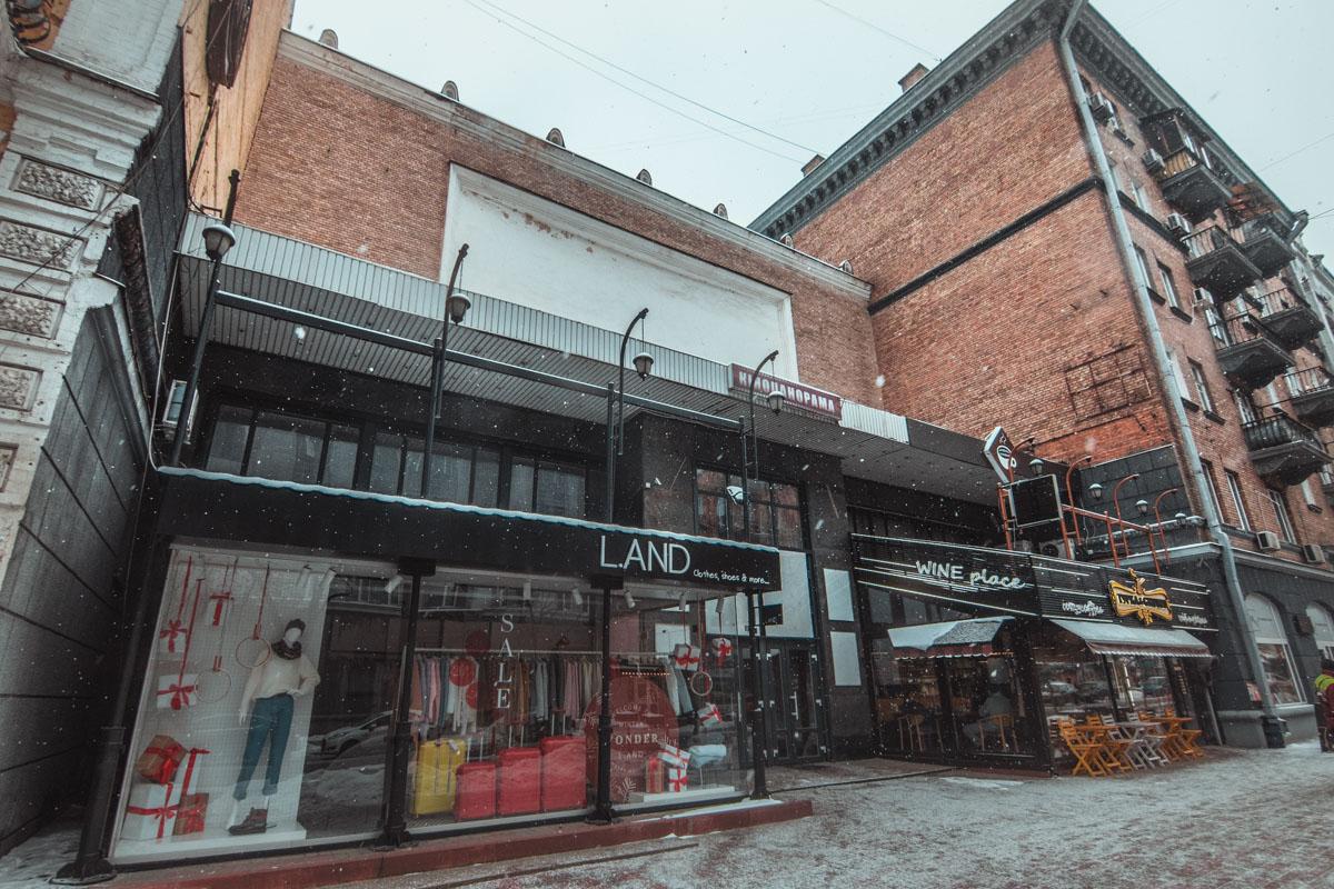В наши дни иллюзион окружили современный магазин одежды и кофейня