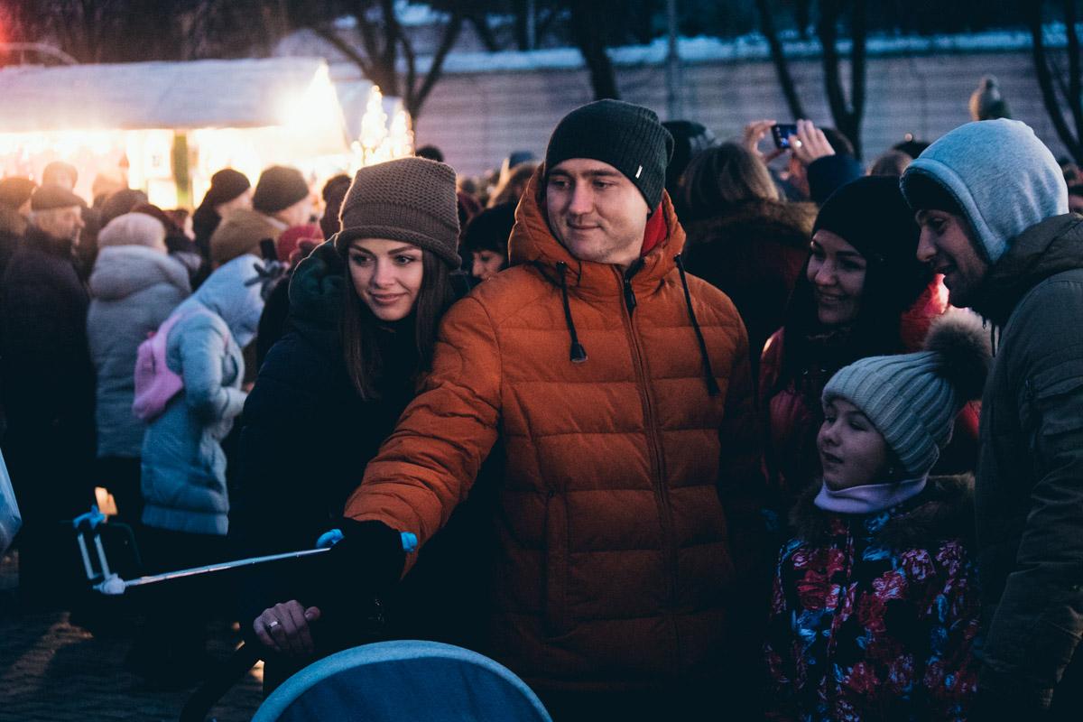 Первый день нового года - отличный повод для селфи с семьей