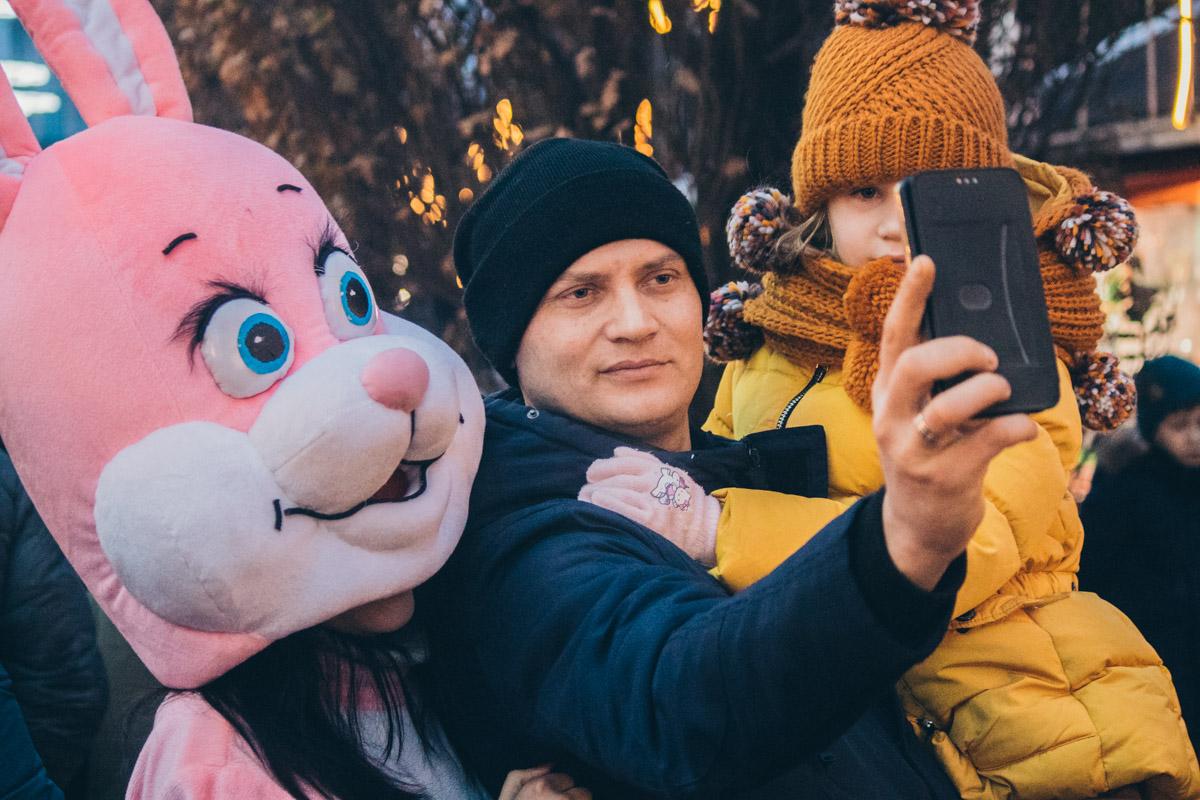 Выходя на улицу в первый день нового года понимаешь, что праздники - в первую очередь для детей