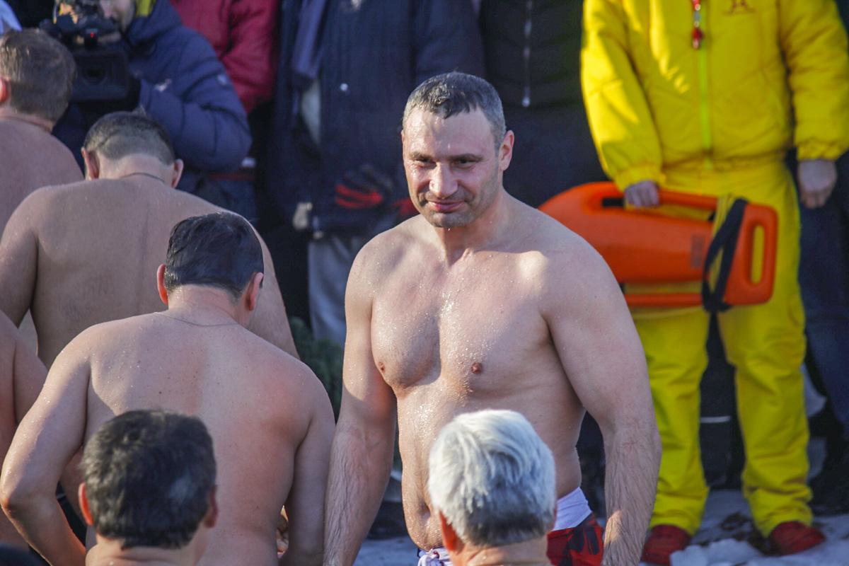 В то время когда для кого-то купание в проруби - испытание, Виталий Кличко получает искреннее удовольствие от процесса