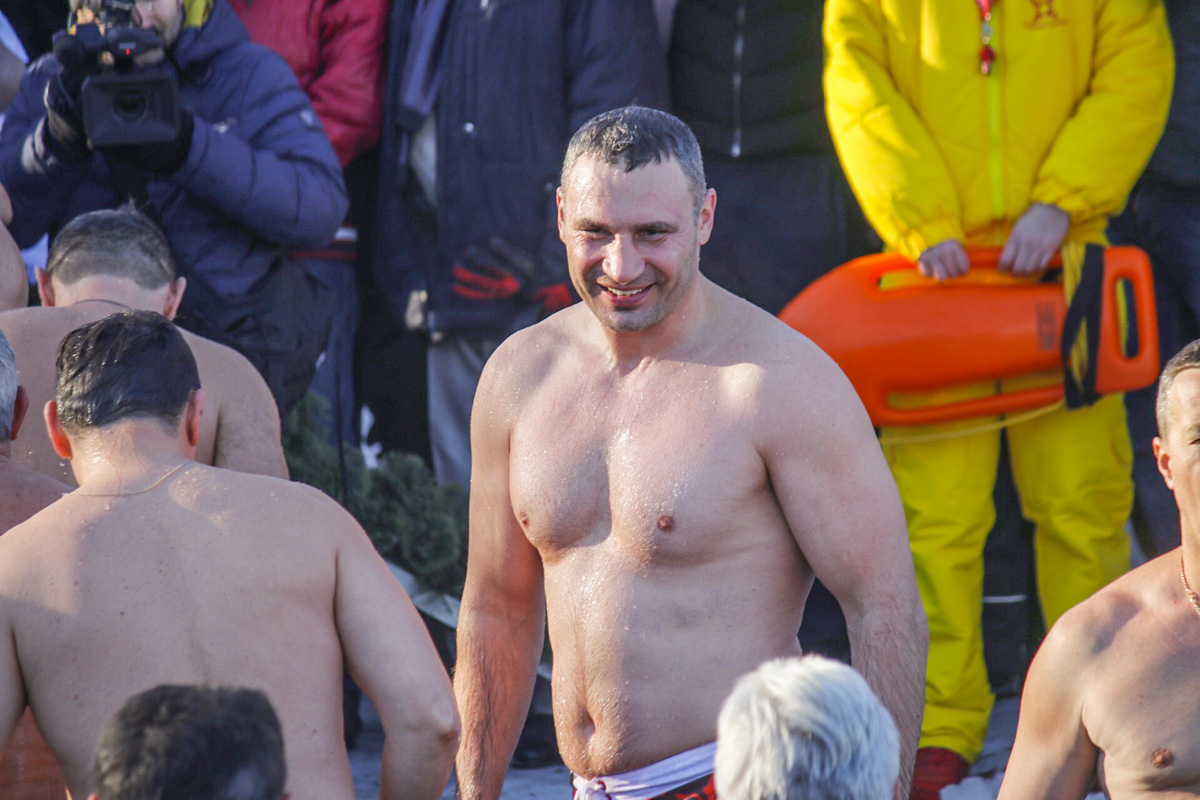 Самый спортивный мэр не обманул ожиданий, приехав к самому началу иокунувшись в холодные воды Днепра одним из первых