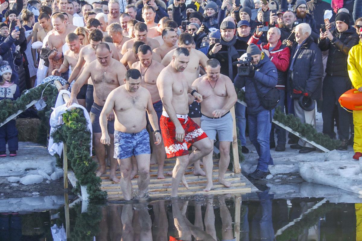 В парке «Наталка» на Оболони желающие окунуться в Днепр собрались вместе с мэром Киева Виталием Кличко