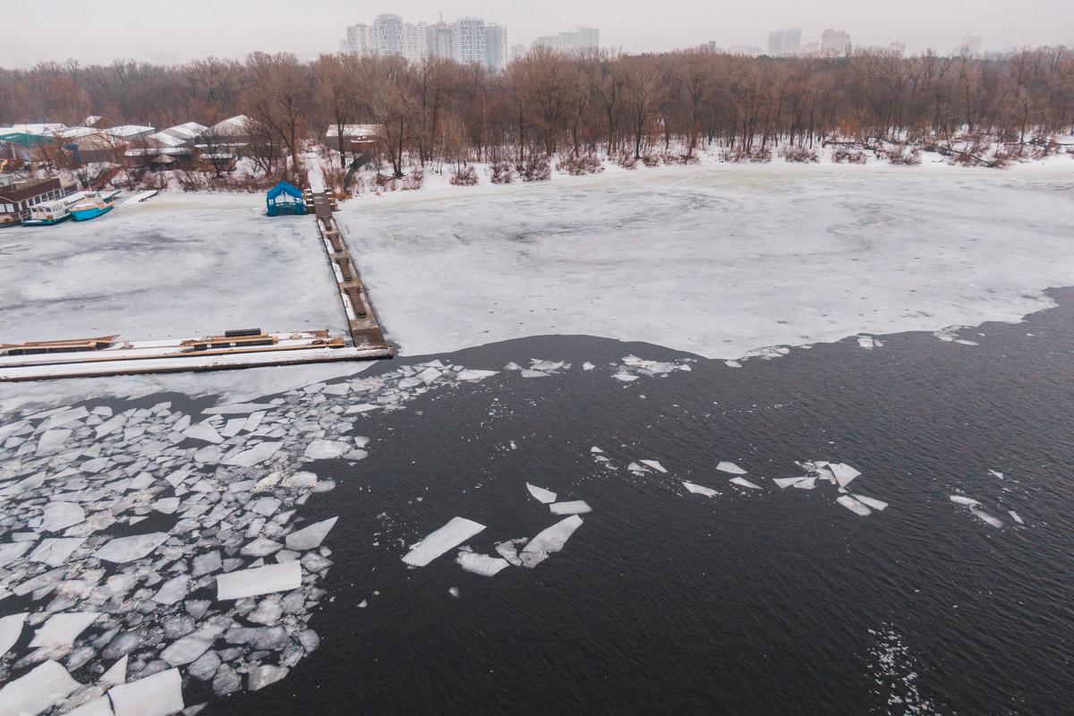 На территории Гидропарка мужчина провалился под лед