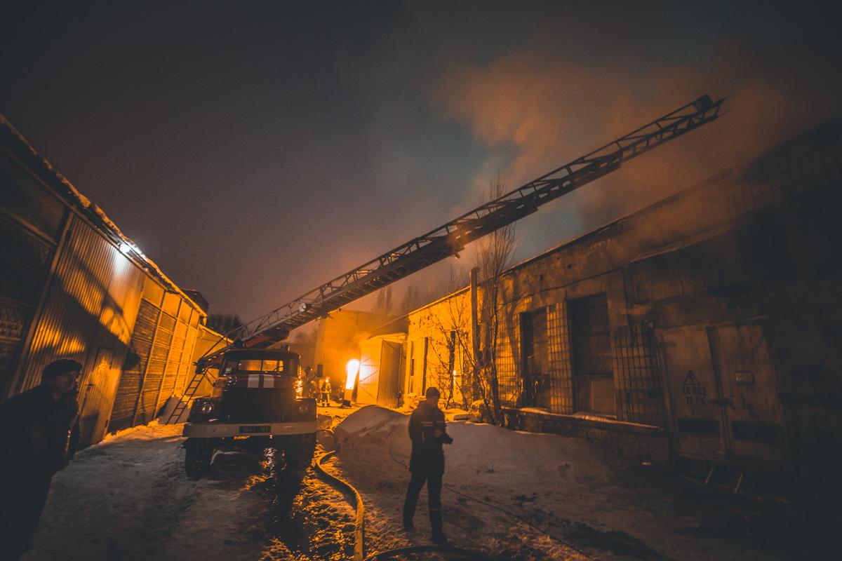Предварительно, пожар начался в одноэтажном цеху