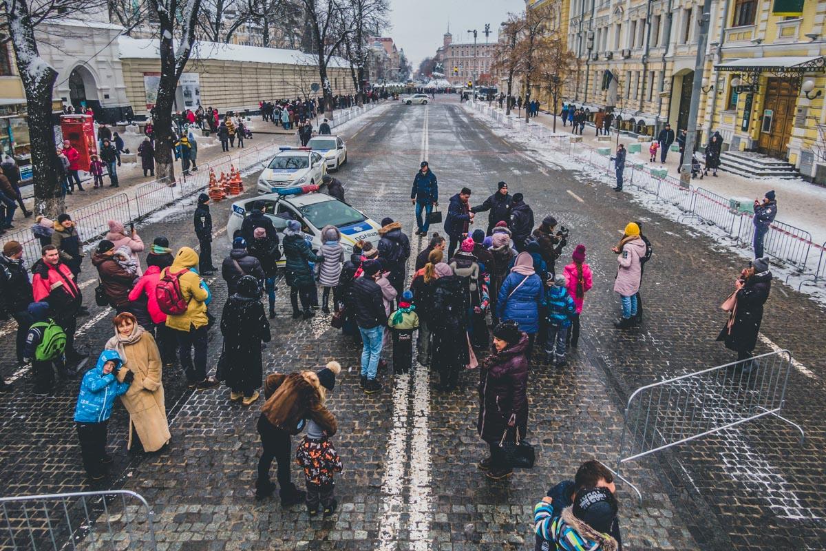 Так как улица Владимирская находится совсем рядом, люди, услышав звуки сирен, прибегают посмотреть, откуда исходит шум