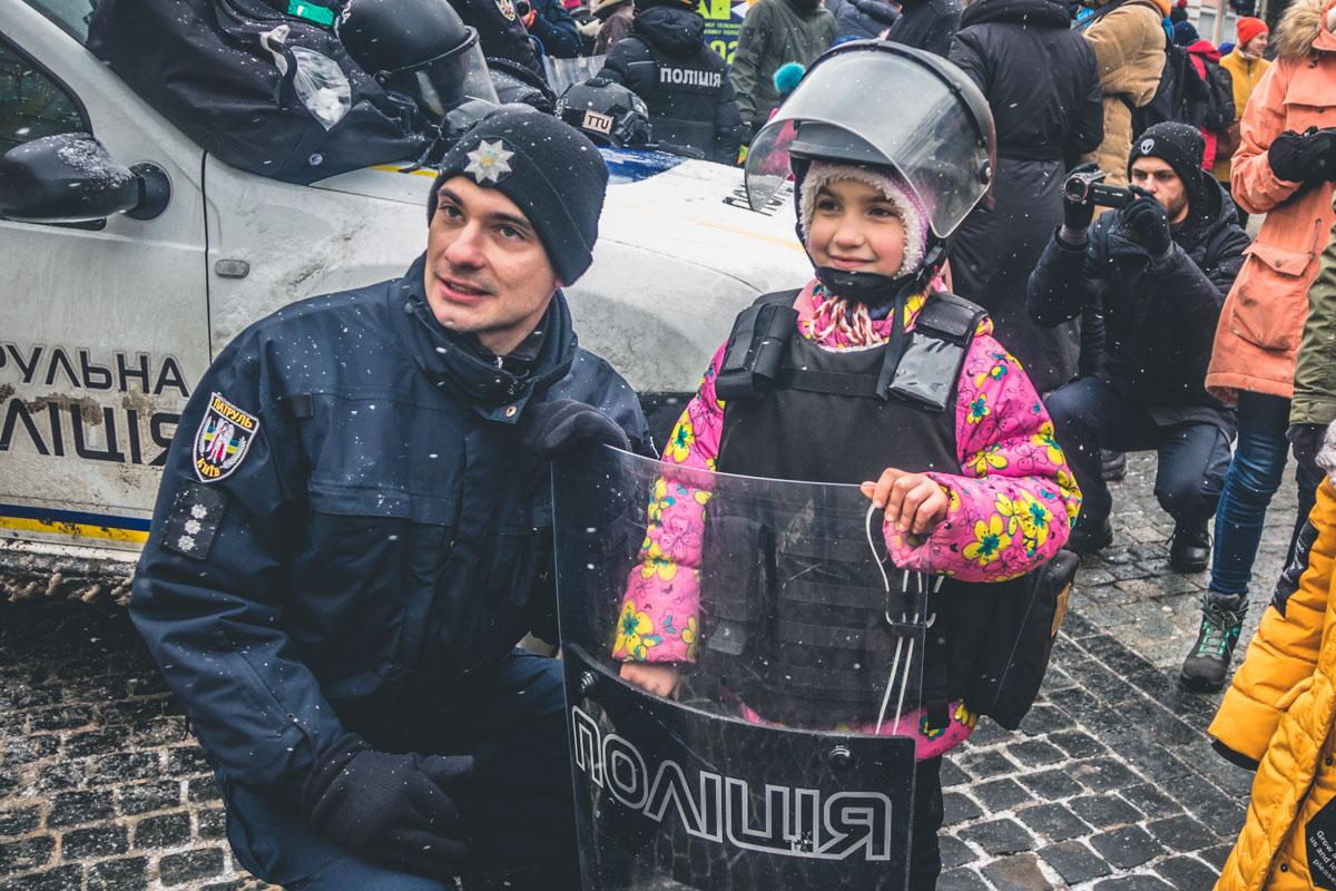 Хватайте своего ребенка и скорее туда, чтобы точно удостовериться, что полицейские очень хорошие и добрые люди