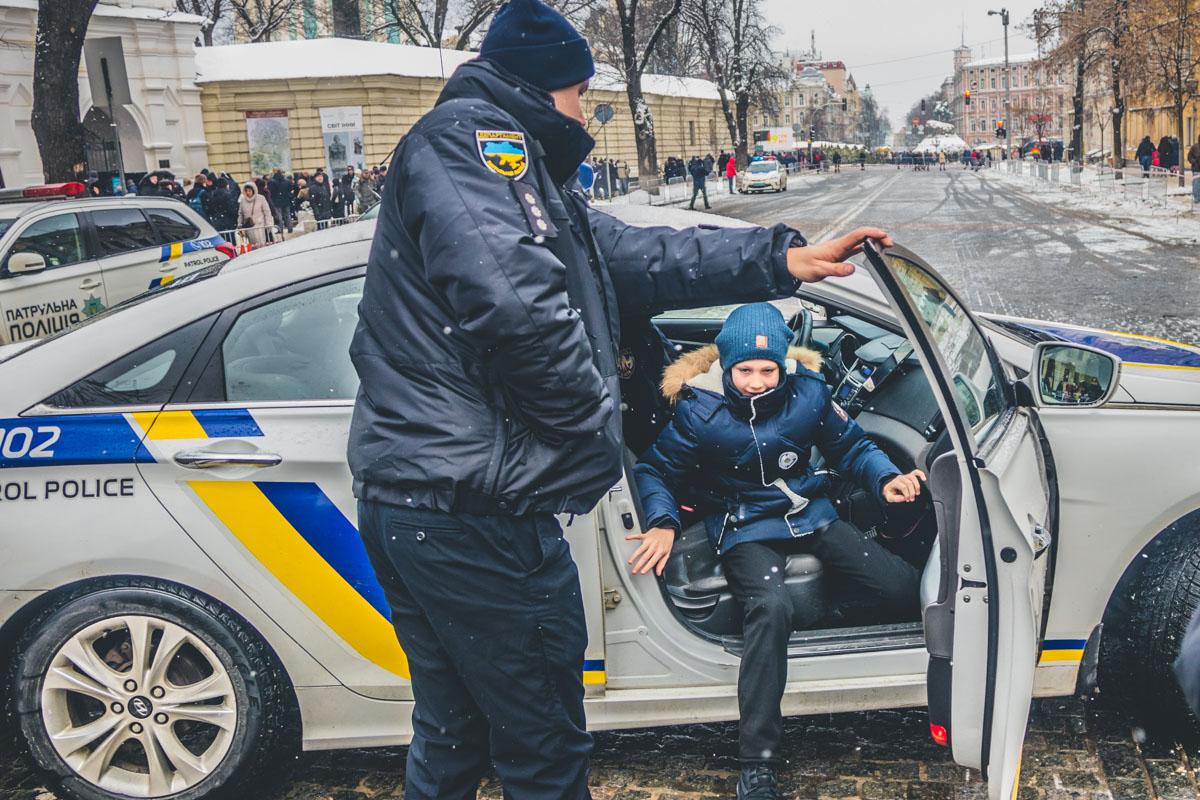 Кроме того, каждый желающий ребенок может сесть в машину патрульной полиции и под громкие звуки сирен прокатиться по Владимирской