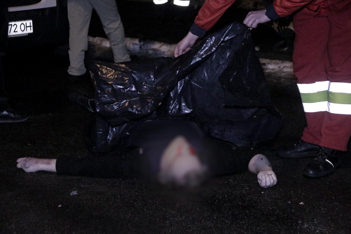 Полицейские опрашивают местных жителей и пытаются установить личность погибшего