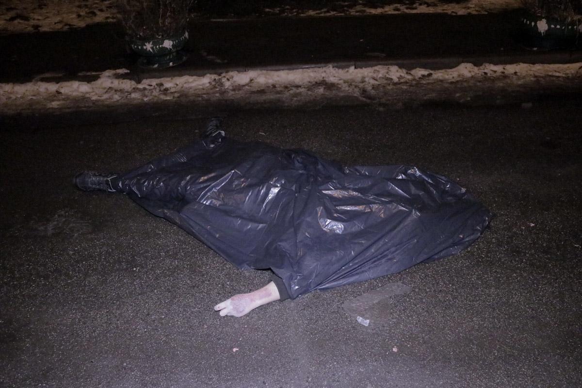 Тело лежало вблизи 16-этажного дома