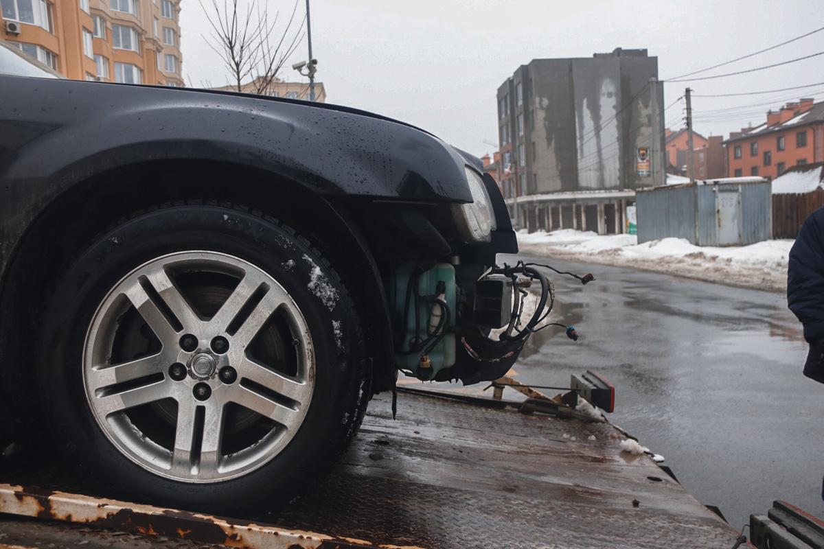 Chrysler 300 отъехал от дома, когда его владельцу стало плохо