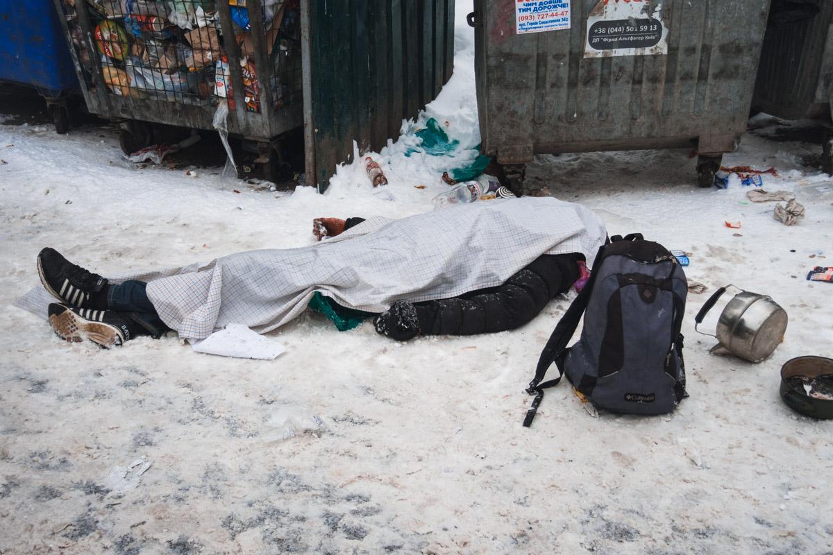 В воскресенье, 27 января, в Киеве по адресу улица Борщаговская, 173/187 обнаружили труп мужчины