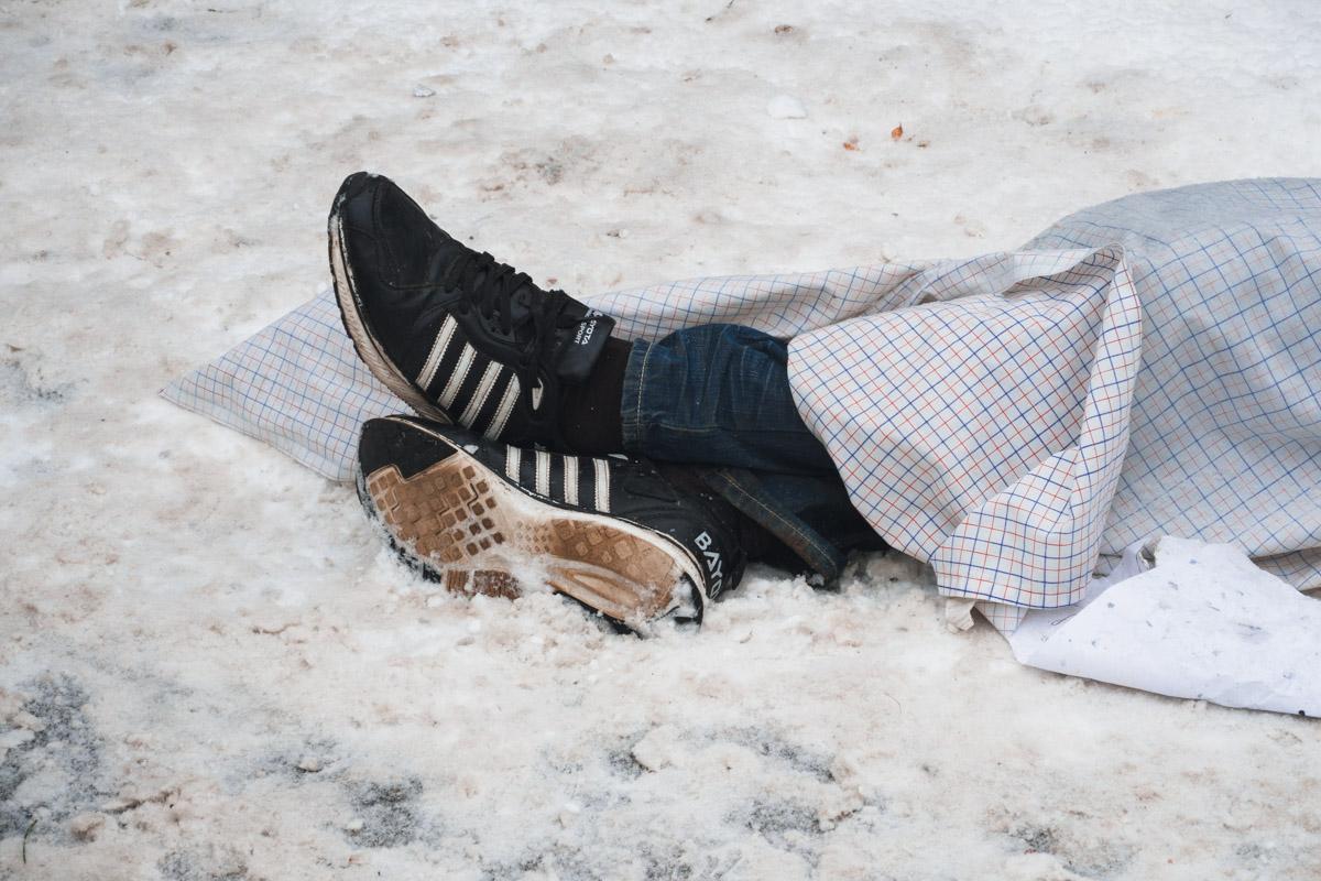 Тело лежало на тротуаре вблизи девятиэтажного дома