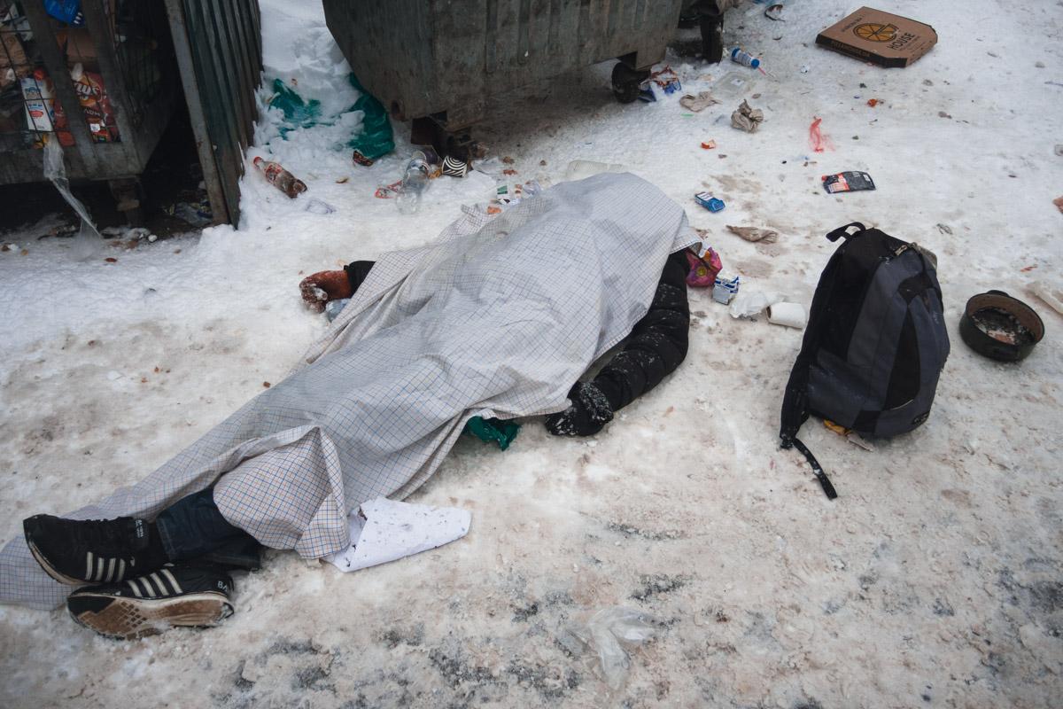 Как рассказали правоохранители, изначально прохожие увидели мужчину, который лежал на земле