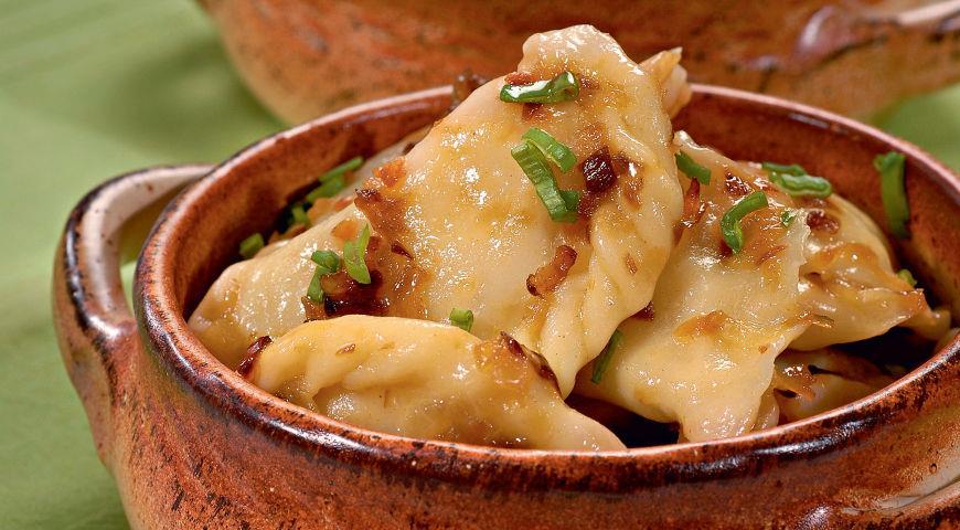 Вареники с картошкой - классическое постное блюдо, без которого, как правило, нельзя обойтись за рождественским столом