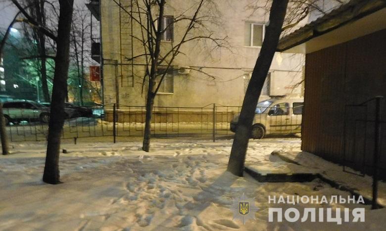 В Киеве на улице Строителей в ночь на 9 января неизвестные подстрелили 23-летнего парня