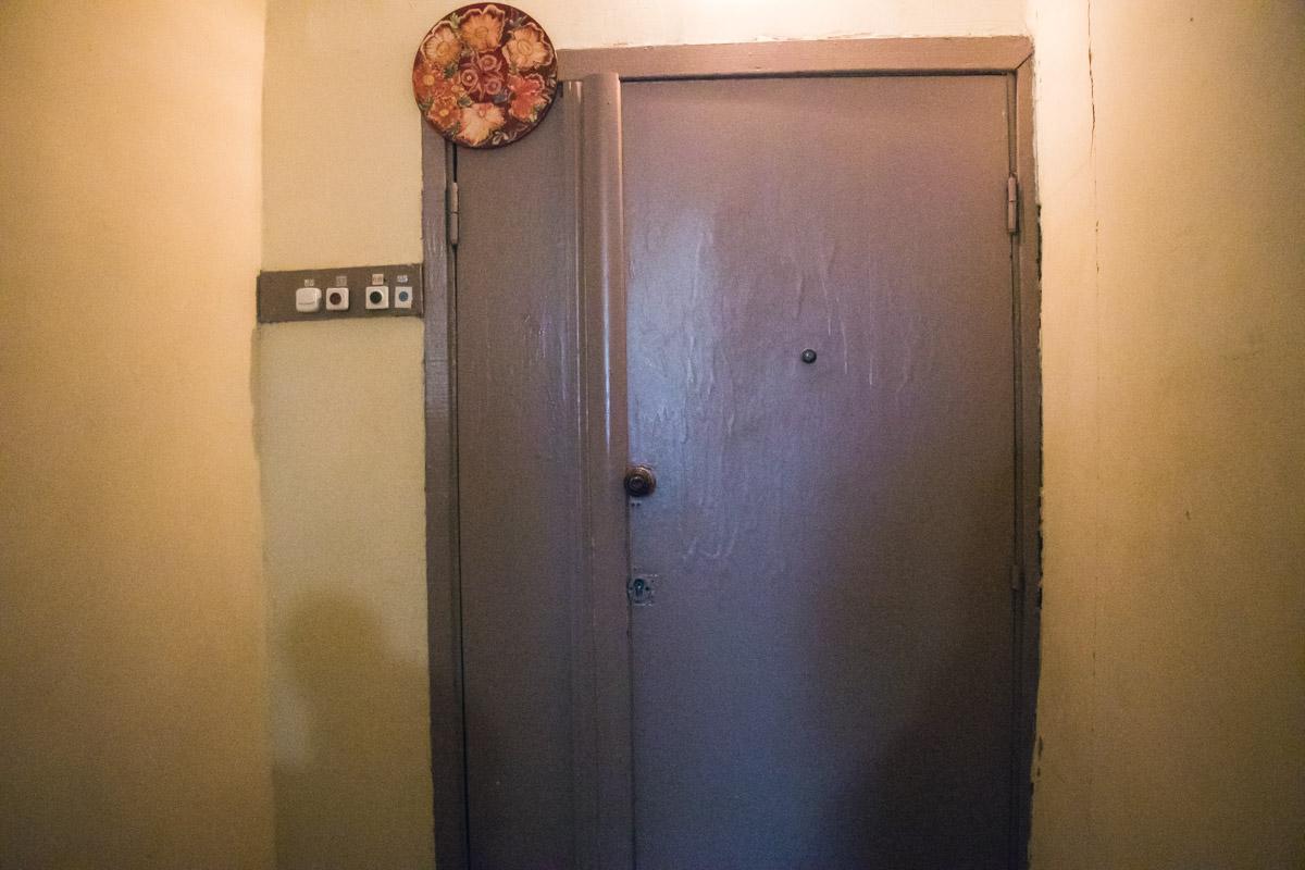 Жильцы дома сообщили, что семья снимала на 10 этаже 1-комнатную квартиру и с соседями общалась нехотя