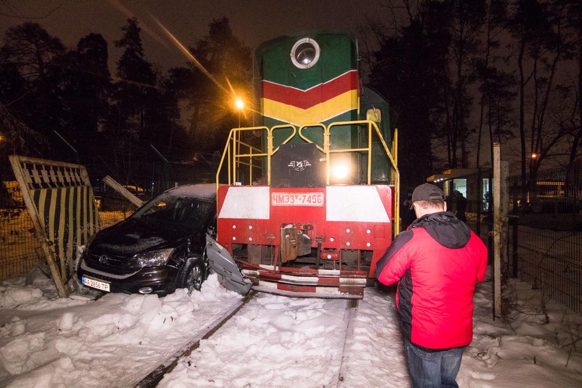 """Возле жилого комплекса """"Відпочинок"""" произошла авария с участием автомобиля Honda CR-V и поезда"""