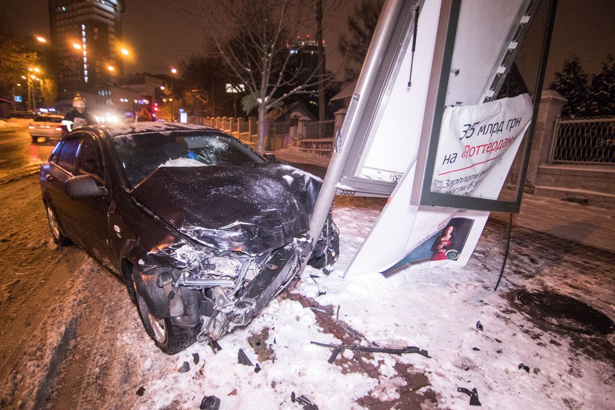 Daewoo после столкновения проехала еще больше 50 метров и врезалась в рекламный бокс