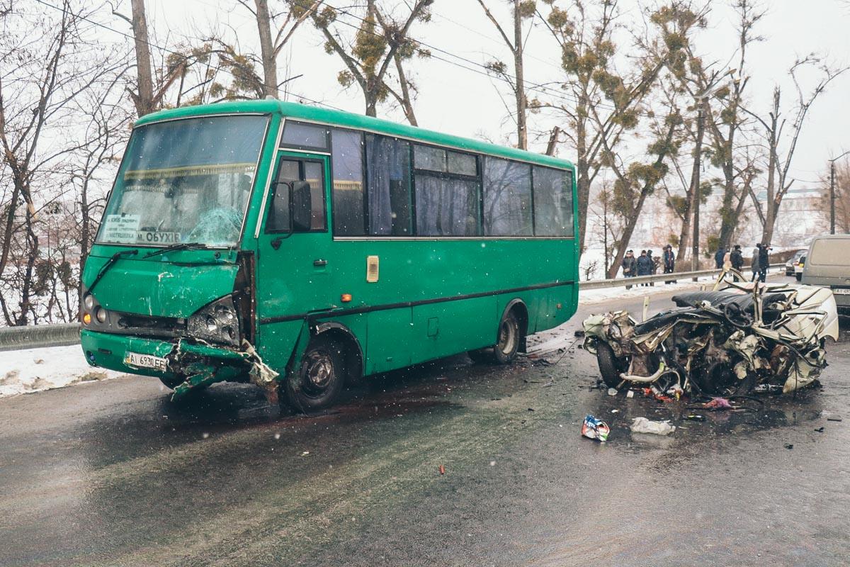 Четверо человек из маршрутки пострадали, их доставили в больницу