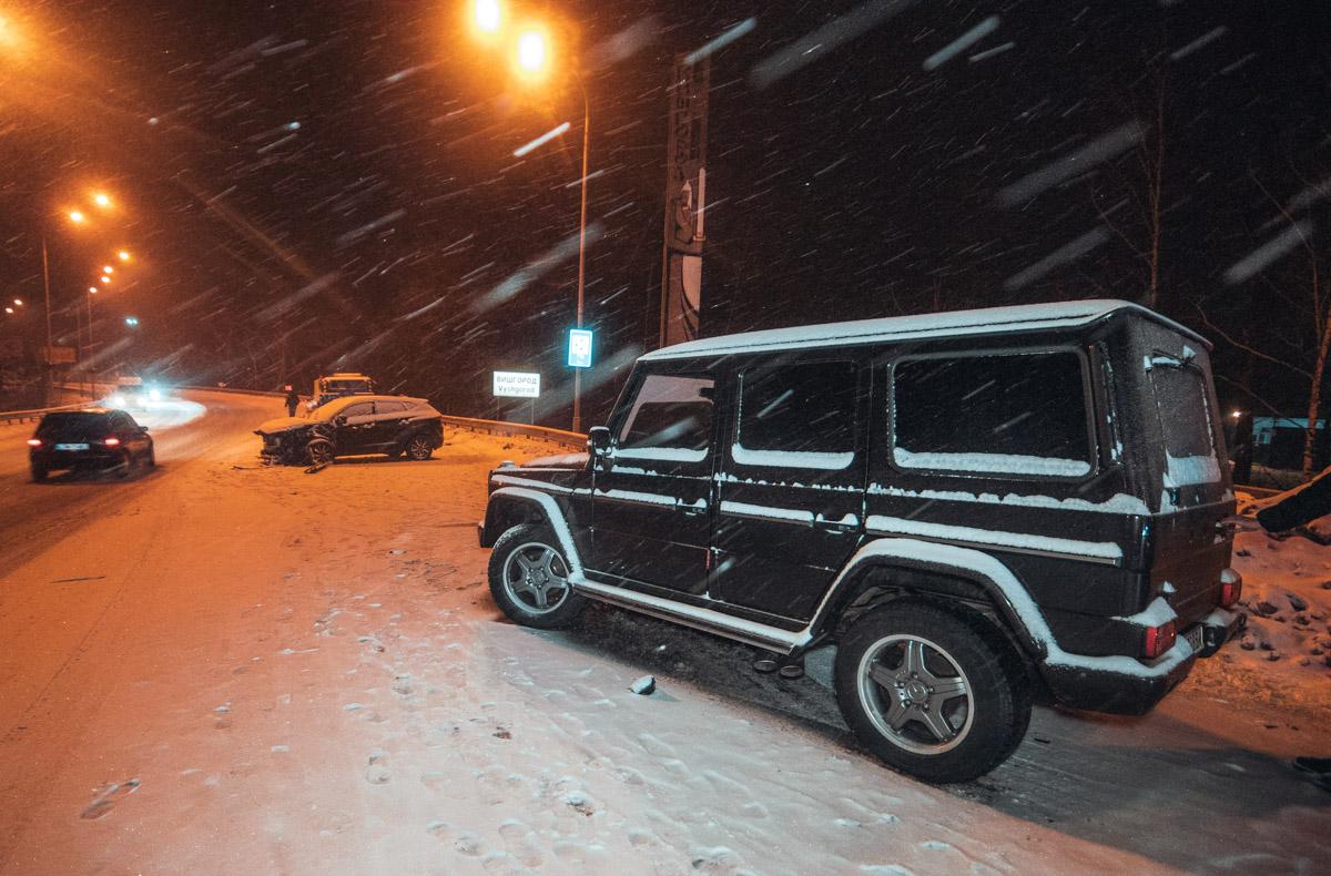Mercedes вынесло на встречную полосу и он протаранил Hyundai