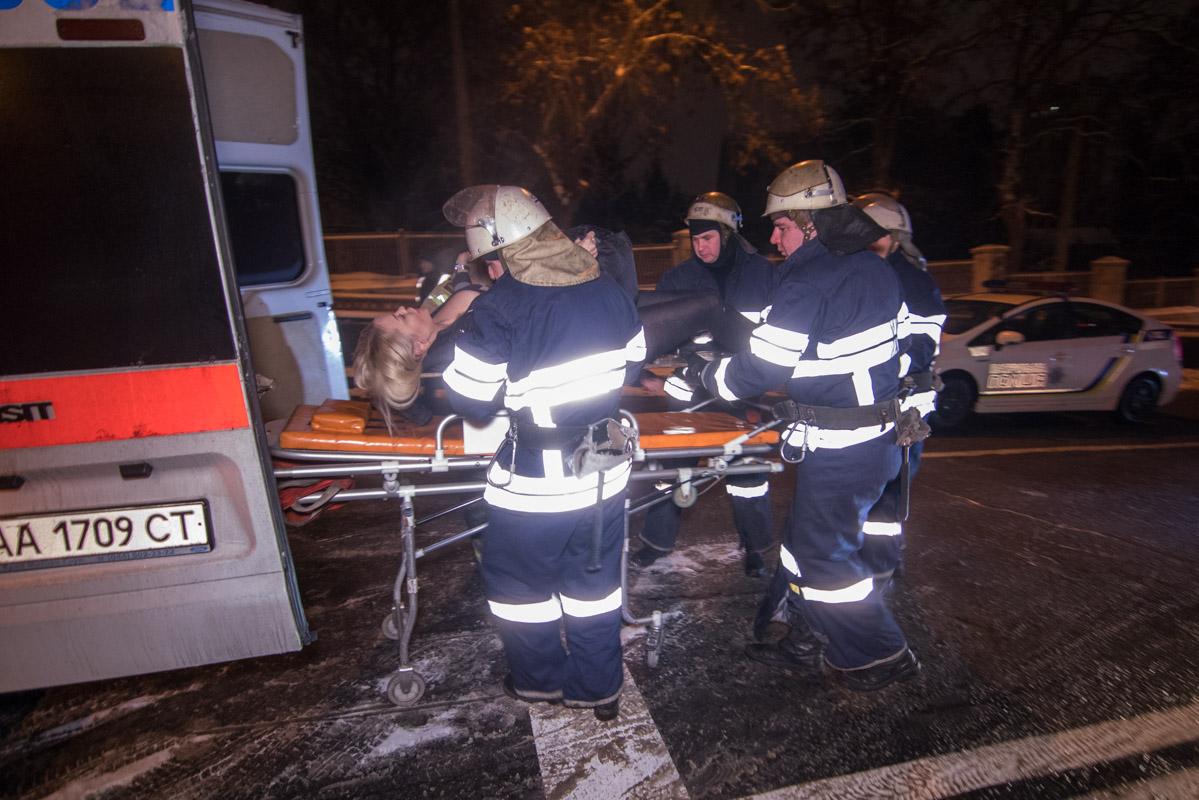 Пассажирку из автомобиля доставали спасатели