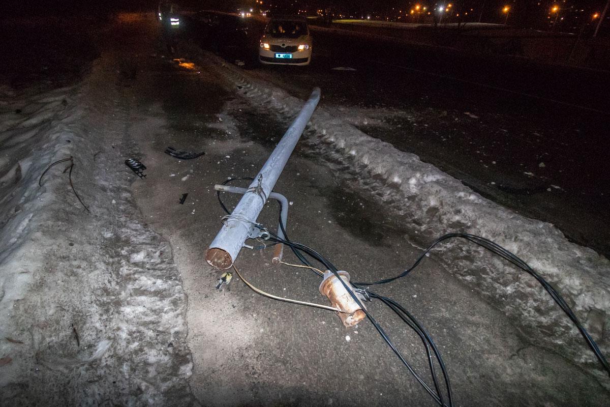 """На месте работали сотрудники """"Киевэнерго"""", которые пытались отключить сбитый столб от питания"""