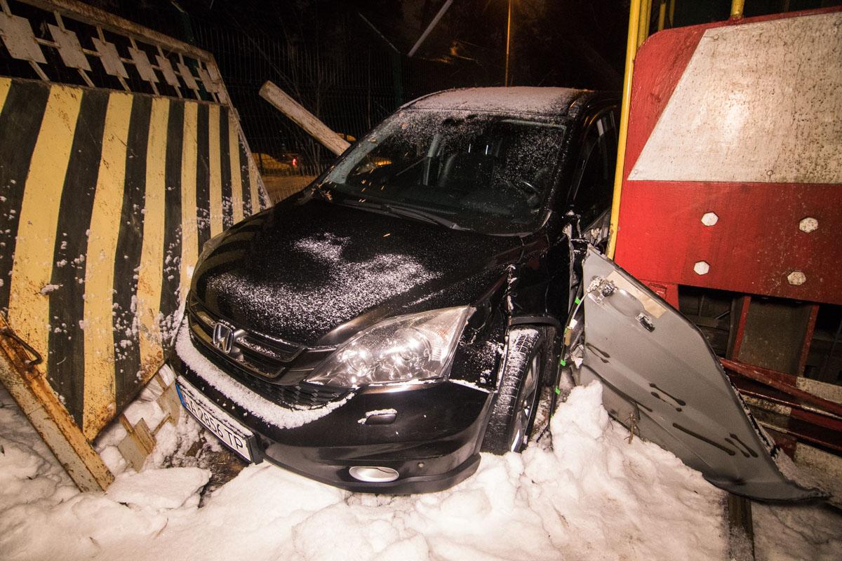 Машина снесла железные ворота и вылетела на обочину