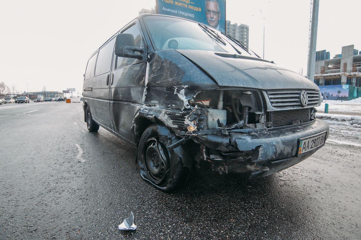 Водитель микроавтобуса не успел заметить опасный маневр Polo и влетел в переднюю часть легковушки