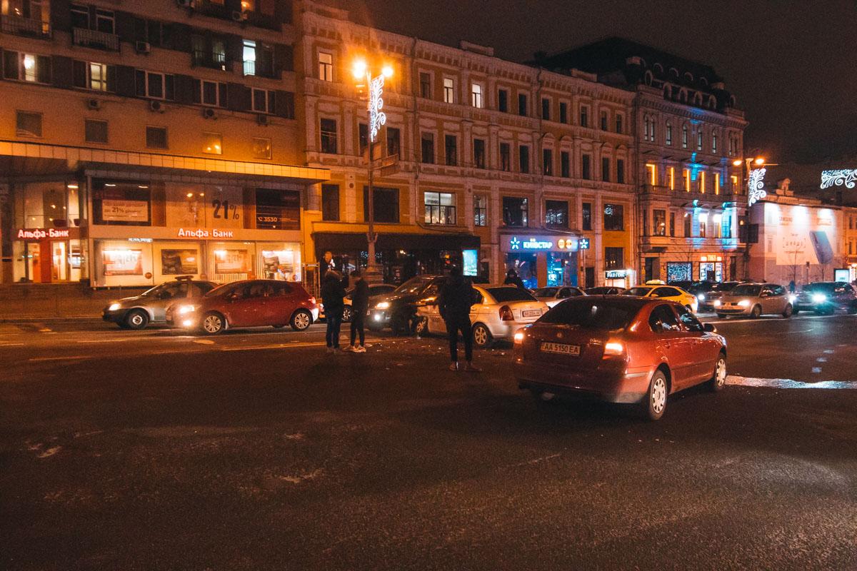 В пятницу, 4 января, в Киеве на Крещатике возле Бессарабской площади произошло тройное ДТП