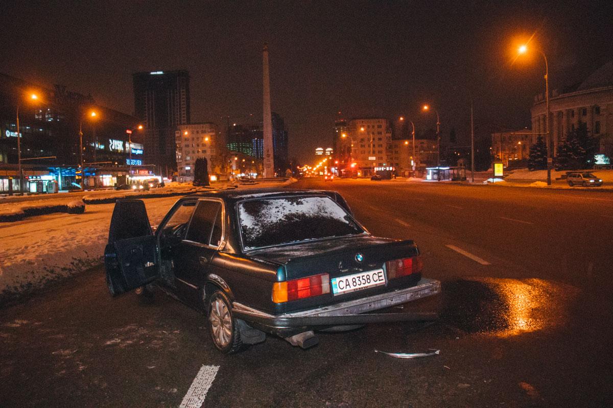 От удара обе машины развернуло, их запчасти разлетелись по всей дороге