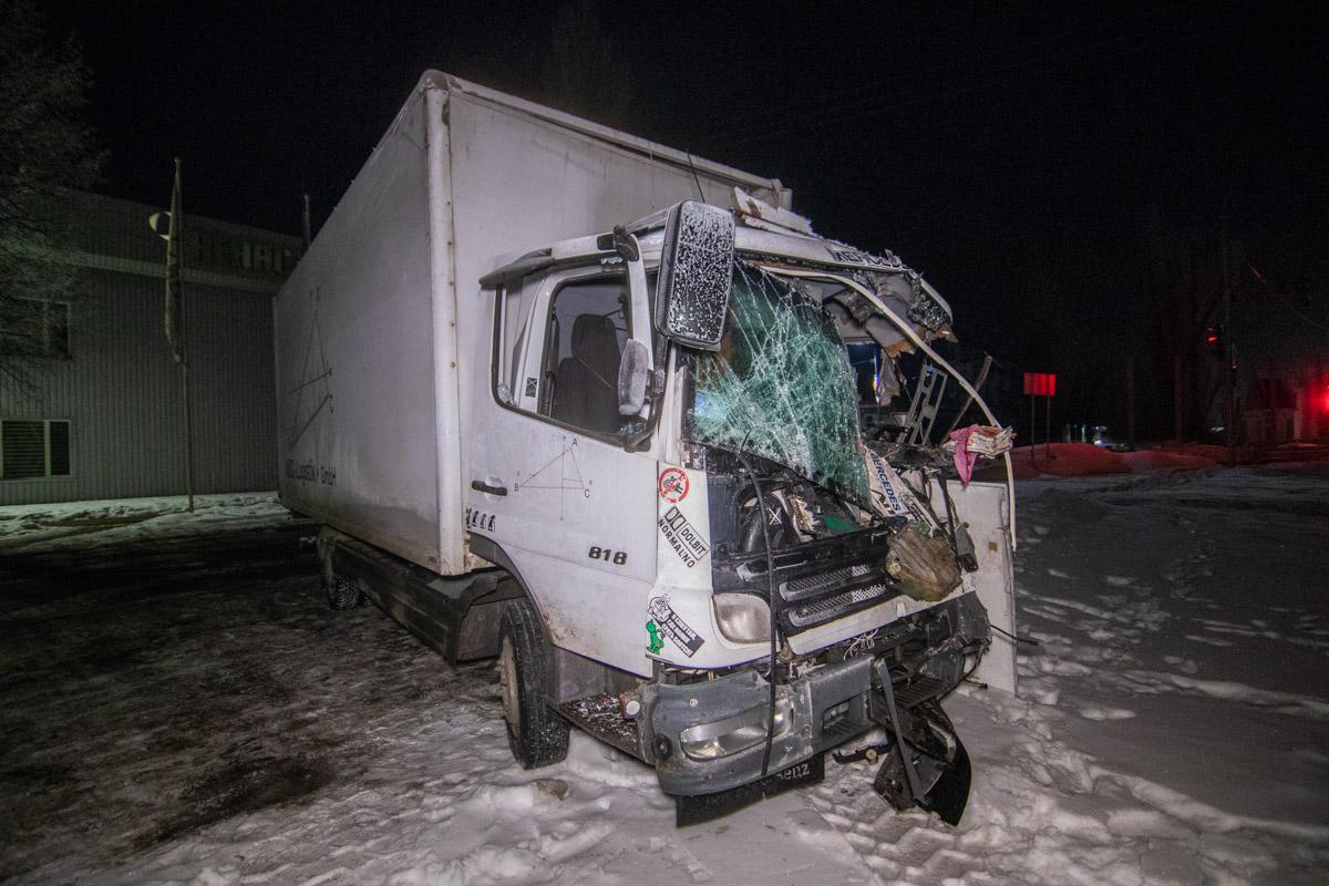 Сзади его догнал второй грузовик, водителя которого от удара буквально впечатало в сидение лобовым стеклом