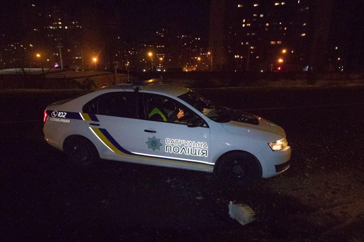 Сотрудники полиции узнали о происшествии от очевидцев, которые заметили брошенную машину в столбе около 23:00
